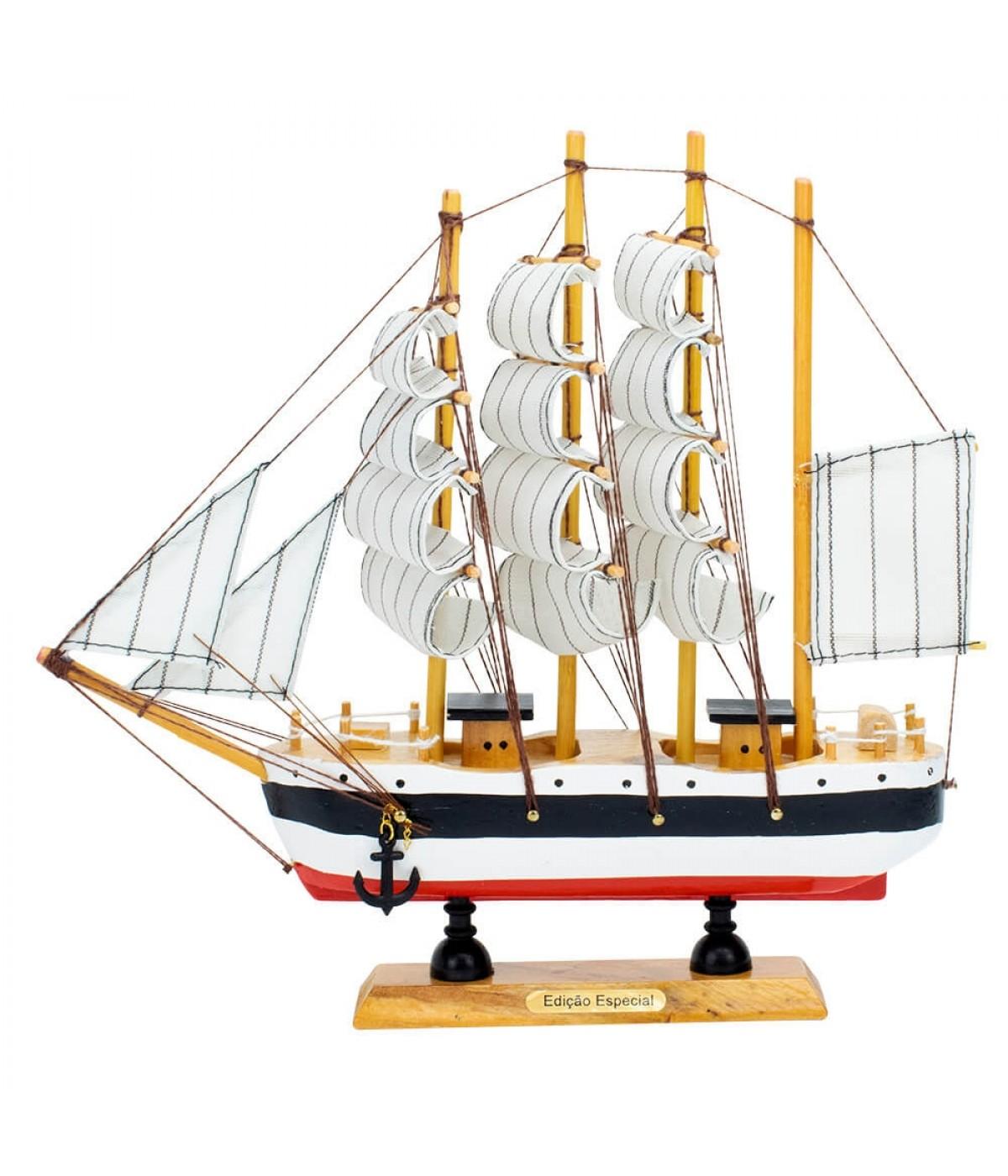 Miniatura Barco Navio Veleiro Madeira Casco Branco Base Vermelha 22x4x22cm