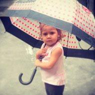 Criança com Guarda Chuva Minnie